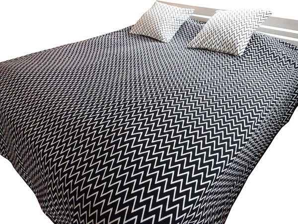 Reversible bedspread for single bed black and white with zigzag pattern