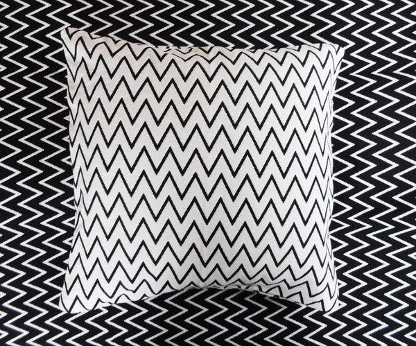 wendbare tagesdecke f r einzelbett in schwarz weiss. Black Bedroom Furniture Sets. Home Design Ideas